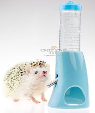 Поилка-домик LS-110 для мелких грызунов и ежей Drink Bottle with Cooling Room Carno, объем 80 мл, размер домика-подставки 7*10,5 см, в ассортименте